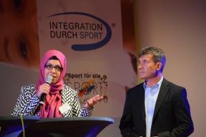 Fatma Polat und Josef Daitsche (v.l.) berichteten auf der Bühne über persönliche Erfahrungen mit der Integration durch Sport.