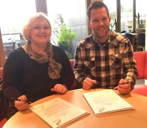 Elena Nikandrova und Thomas Biewald bei der Unterzeichnung.